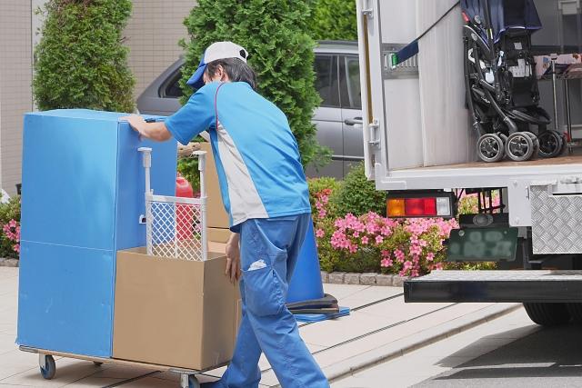 引っ越しで荷物を運ぶ人